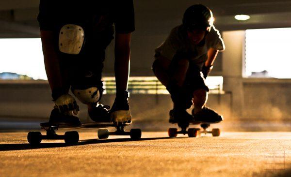 Zei Longboardfahren auf ihren Boards
