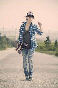 Junges Mädchen trägt Longboard