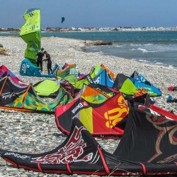 Viele verschiedene Kites am Strand