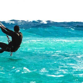 Kitesurfer im Wasser mit einem Liquid Kiteboard