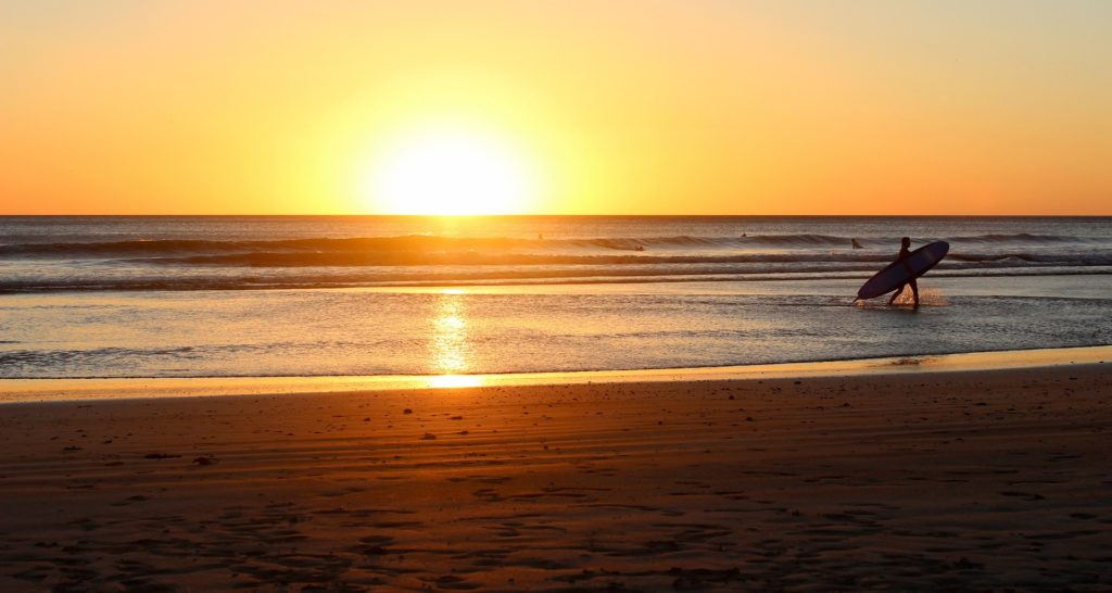 Sonnenuntergang mit Surfboard