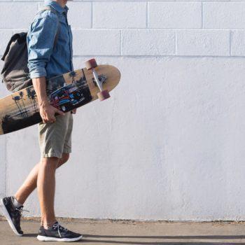 Man trägt Longboard