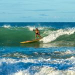 SUP Surfer in der Welle