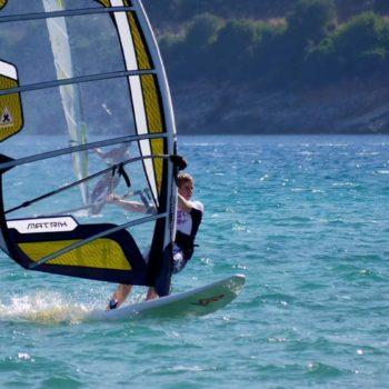 Freeride Windsurfer auf dem Wasser