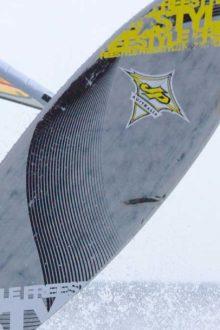 Freestyler im Sprung auf dem Windsurfboard