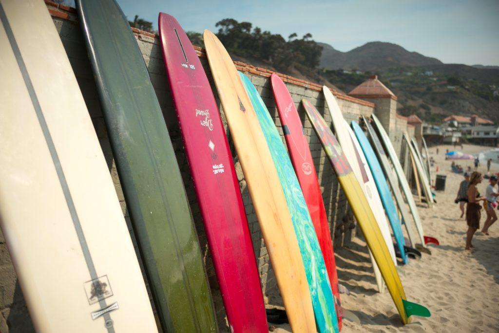 Malibu Surfboards aufgestellt am Strand