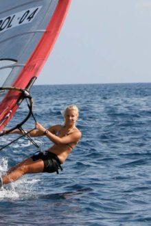 Windsurferin auf einem slalomboard