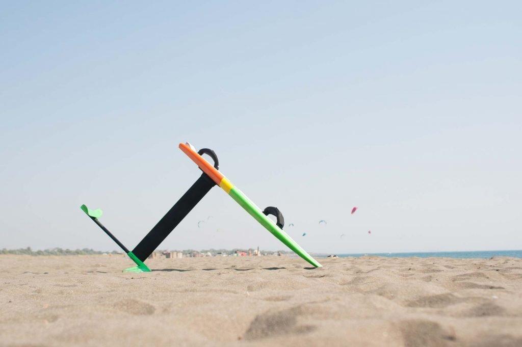 Surf Board mit Foiling Finne am Strand