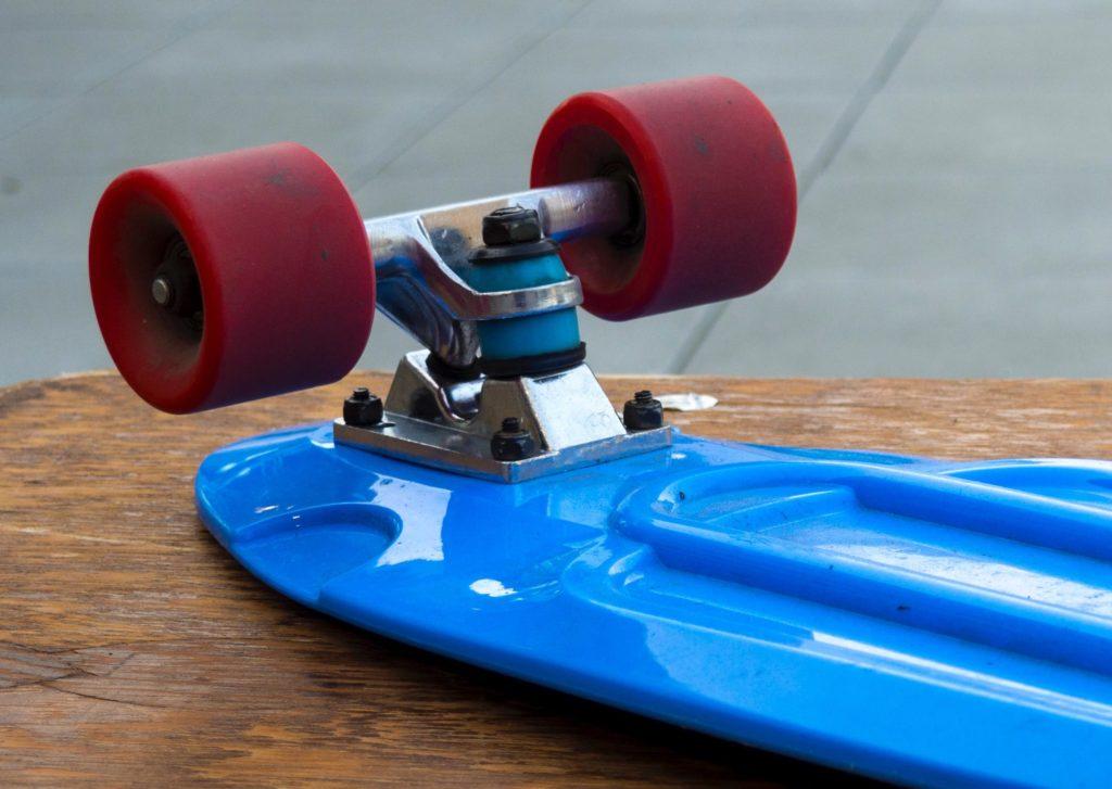 Kurze Longboard Achse unter einem mini Cruiser